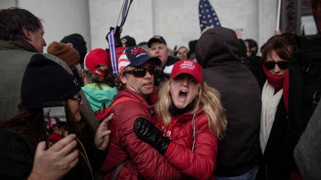Los manifestantes chocan con miembros de las fuerzas del orden mientras los partidarios de Trump asaltan el Capitolio.