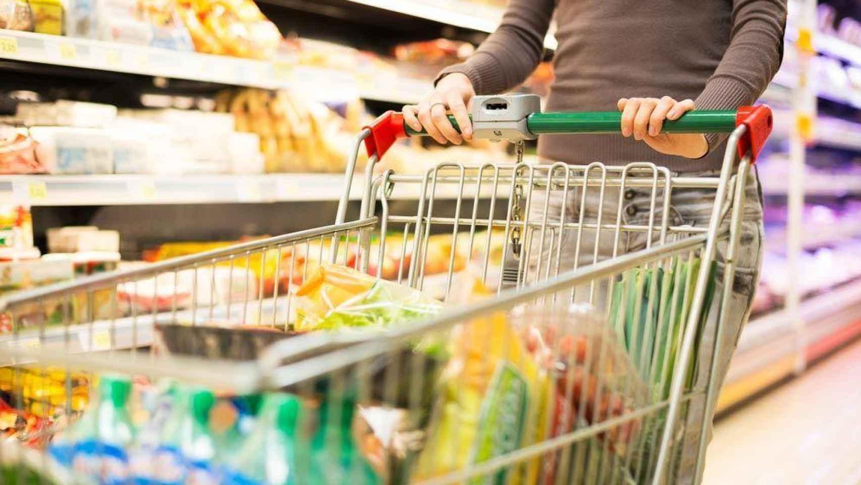 Un consumidor hace la compra.