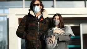 Sandra Gago y Feliciano López, a la salida del hospital con su primer hijo, Darío.