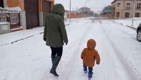 Una madre y su hijo disfrutando de la nieve este jueves