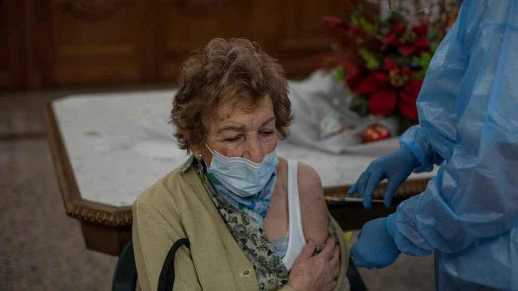 Una residente es vacunada contra el coronavirus en el interior de la Residencia San José, gestionada por las Hermanitas de los Ancianos Desamparados durante la continuación de la campaña de vacunación en Galicia.