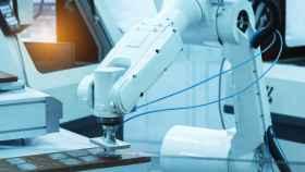 Un brazo robótico para automatizar una línea de producción de microchips.