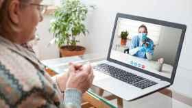 Una paciente realiza una consulta sanitaria por videollamada.