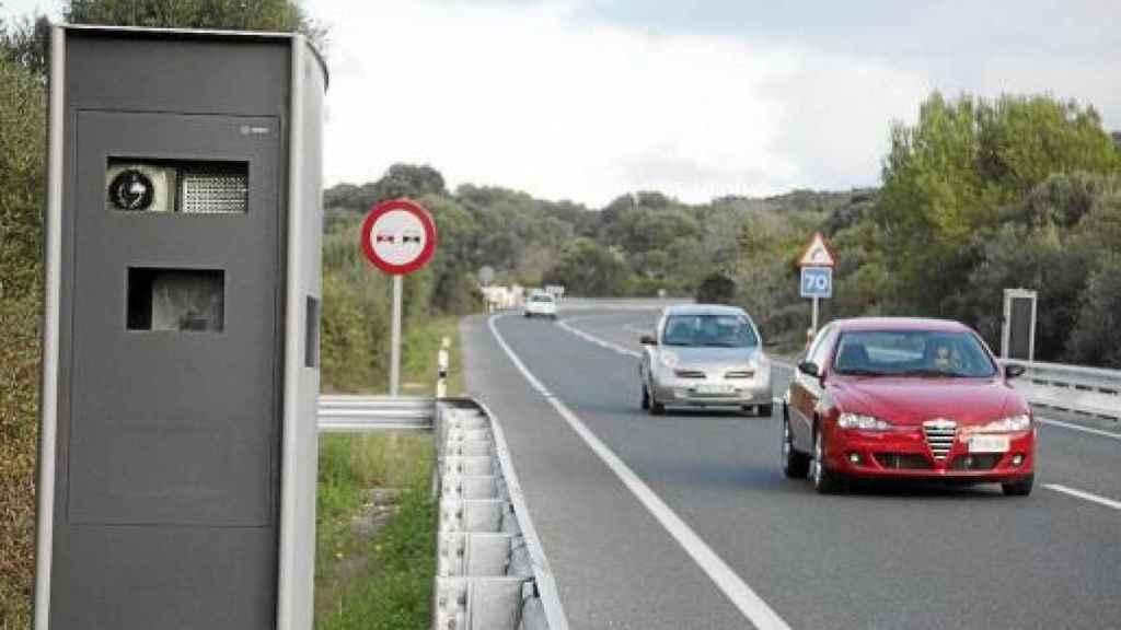 Un automóvil de dispone a adelantar a otro en una carretera secundaria