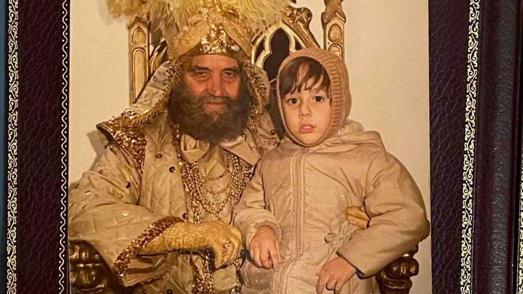 El rey mago junto al tuitero que está buscándolo, en 1981.