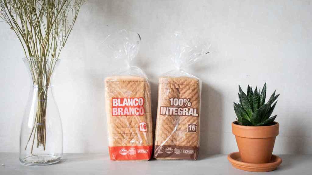 A la izquierda, el pan de molde blanco de Hacendado (Mercadona) y, a la derecha, su homólogo integral de la misma marca.
