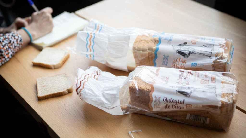 Rocío Romero realiza anotaciones mientras prueba los diferentes panes. Sobre la mesa, los de Dia.