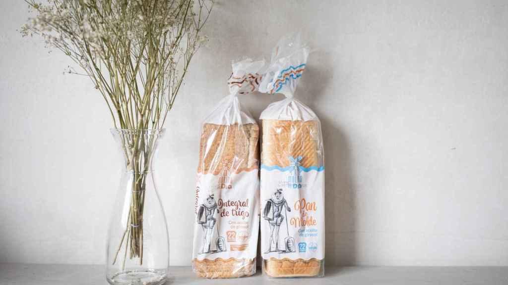 A la izquierda, el pan de molde integral de 'El Molino de Dia' y, a la derecha, el blanco de la misma marca.