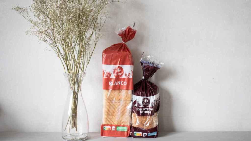 A la izquierda, el pan de molde blanco de Carrefour y, a la derecha, el integral del mismo supermercado.