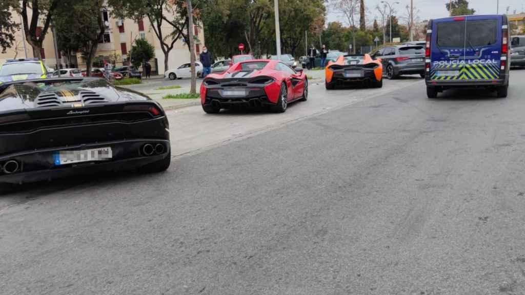 Tres de los coches de lujo aparcados en las Tres Mil Viviendas