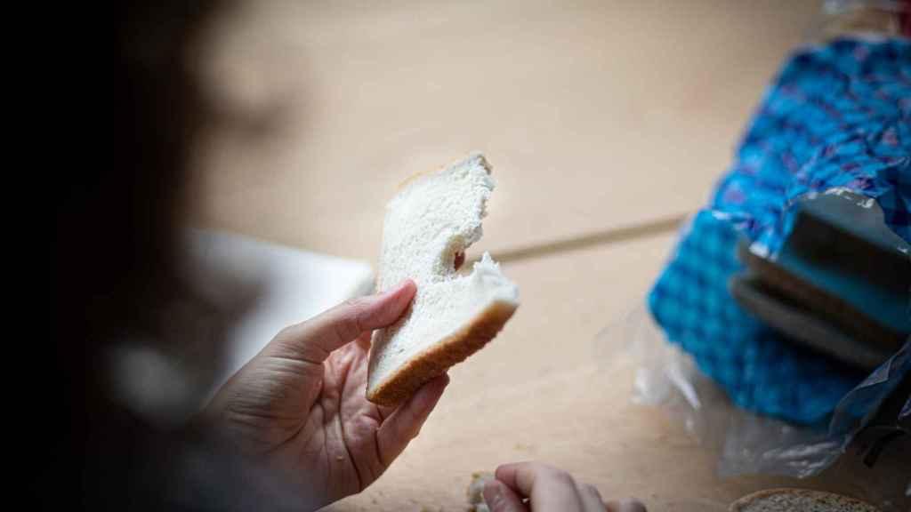 Rocío come el pan de molde blanco de Lidl y lo degusta de cara a la valoración.