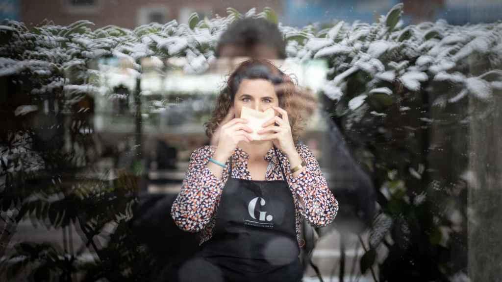 Rocío olfatea una rebanada de pan durante una entrevista concedida el primer día de las nevadas en Madrid.