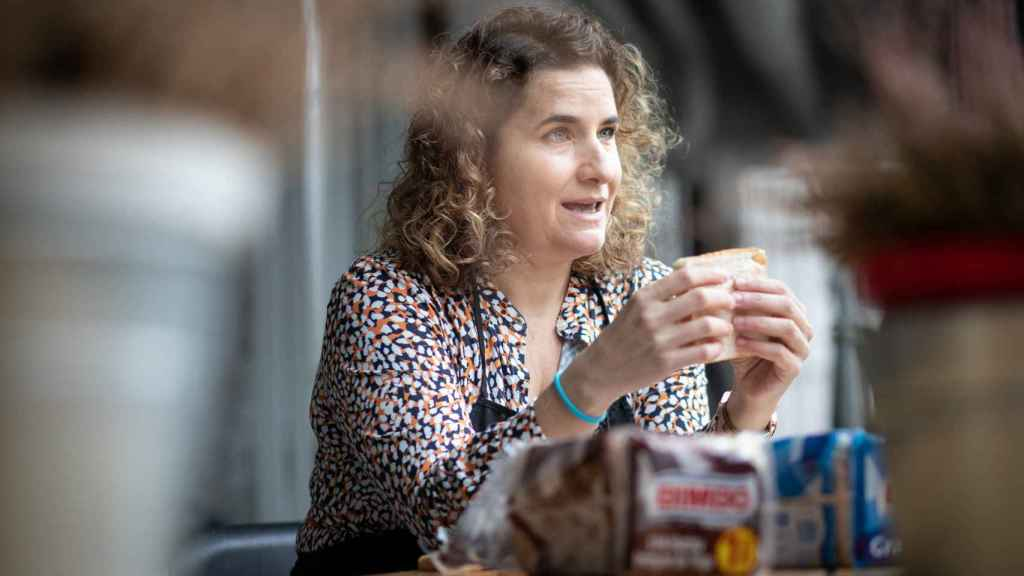 Rocío Romero, la experta, tocando una rebanada de pan para calificar su esponjosidad.