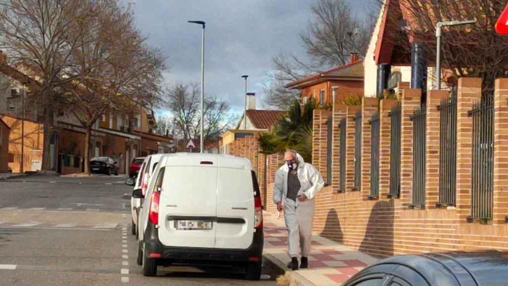 Una furgoneta blanca a las puerta de una residencia de mayores, en Illescas (Toledo).