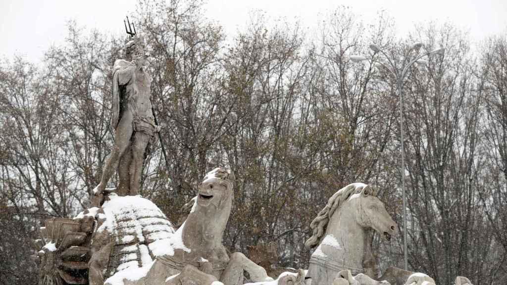 Nieve en el monumento a Neptuno de Madrid.