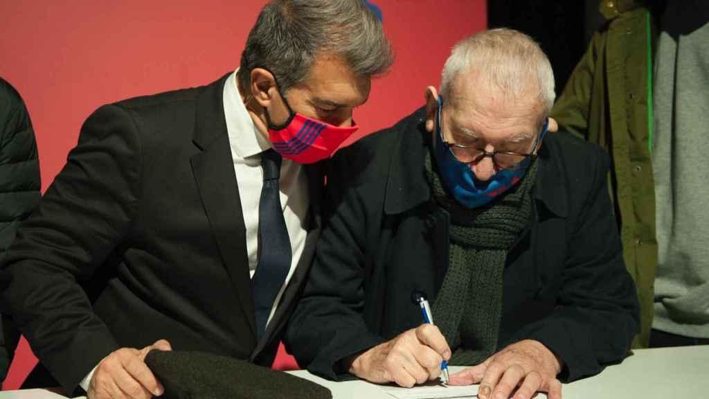 Joan Laporta supervisa como un socio del Barça le da su firma para las elecciones a la presidencia. Foto: Twitter (@estimemelbarça)