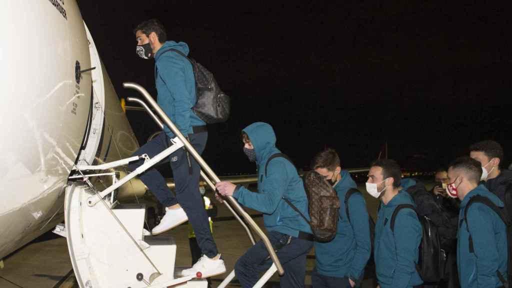 Los jugadores del Athletic Club subiendo al avión que les llevaba a Madrid. Foto: Twitter (@AthleticClub)