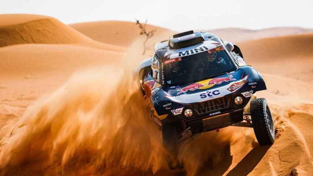 Carlos Sainz baja una duna en el Rally Dakar 2021