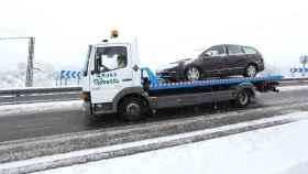 Un camión retira este jueves un coche accidentado en Toledo capital. Foto: Óscar Huertas