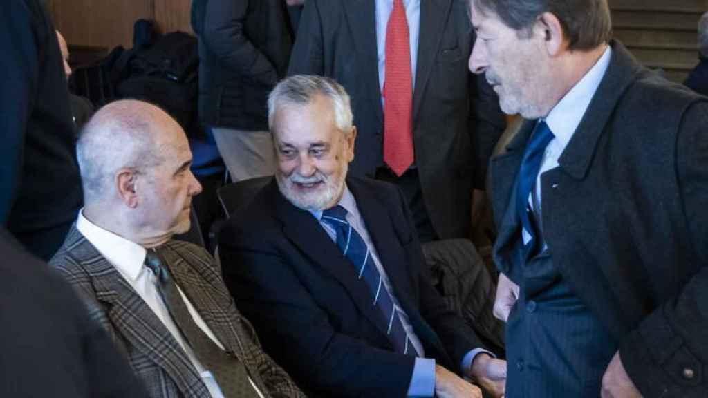 Los expresidentes de la Junta, Manuel Chaves y José Antonio Griñán, y el ex director general de Trabajo, Javier Guerrero.