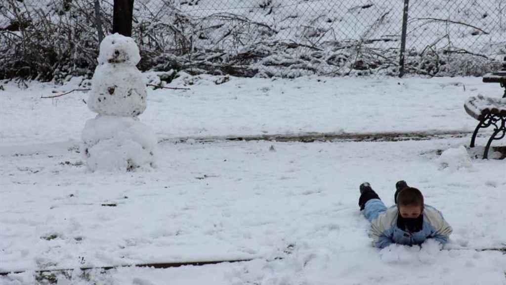 Un niño juega con la nieve en Madrid este jueves. Efe
