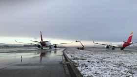 Así es la operación de deshielo de los aviones de Iberia en Barajas en pleno temporal