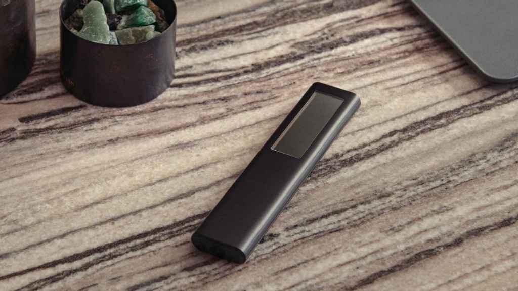 El mando incorpora un pequeño panel solar.
