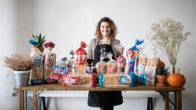 Rocío Romero, ingeniera técnica agrícola experta en repostería y pan, junto a los panes de molde de los supermercados.