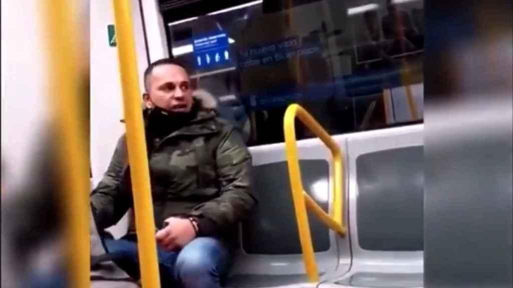 El hombre racista en uno de los fotogramas del vídeo en el que insulta a una mujer latinoamericana.