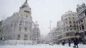 La Gran Vía de de Madrid, este sábado. Los vehículos no pueden circular por la intensa nevada.
