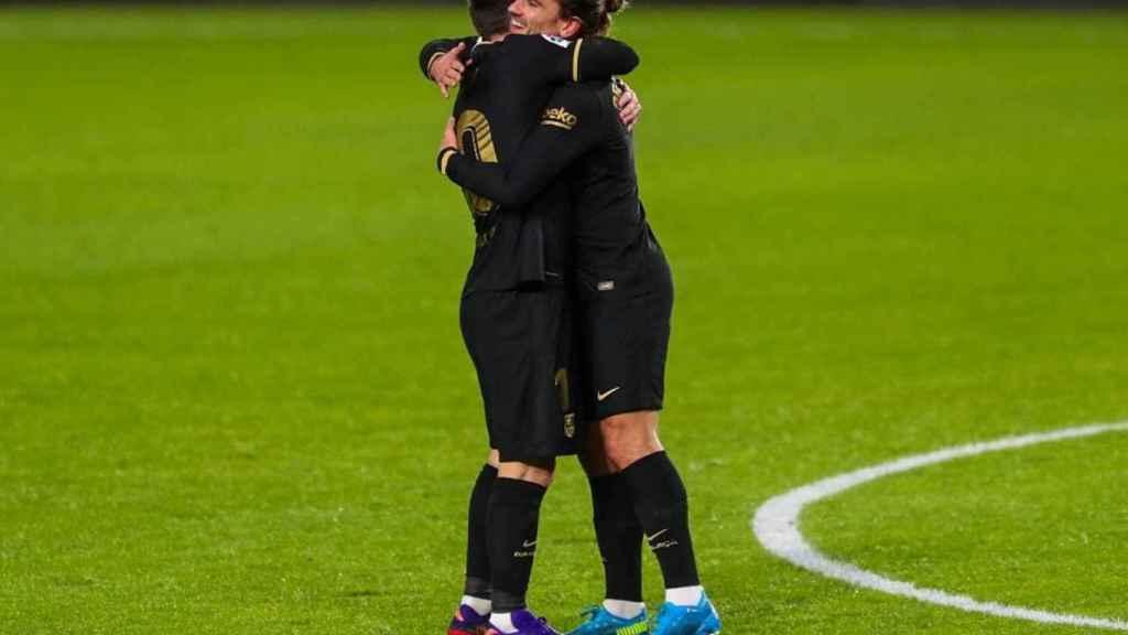 Leo Messi y Antoine Griezmann se abrazan durante el partido frente al Granada