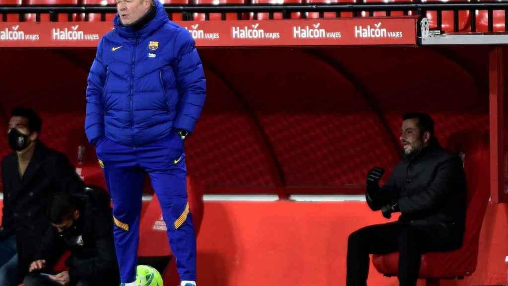 Koeman en el banquillo del Barça en Granada
