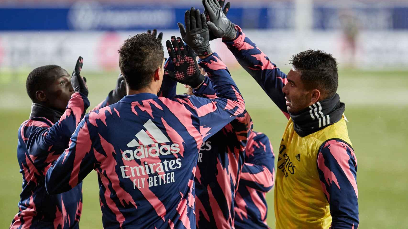 La piña de los jugadores del Real Madrid antes de enfrentarse a Osasuna