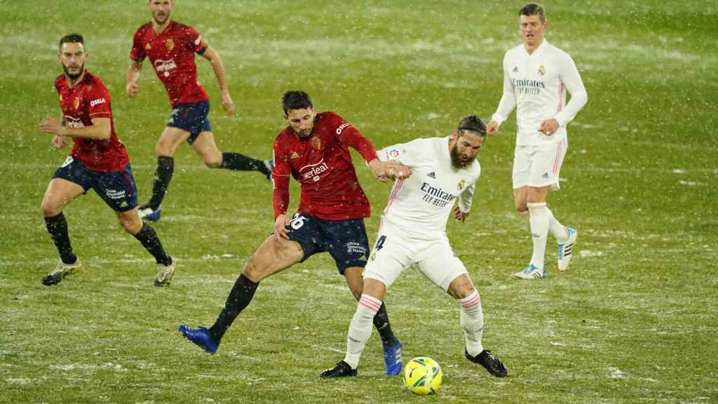 Jonathan Calleri y Sergio Ramos pelean por un balón