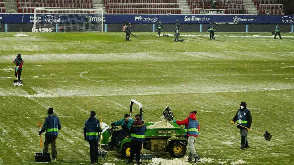 Así retiraban la nieve antes del Osasuna - Real Madrid