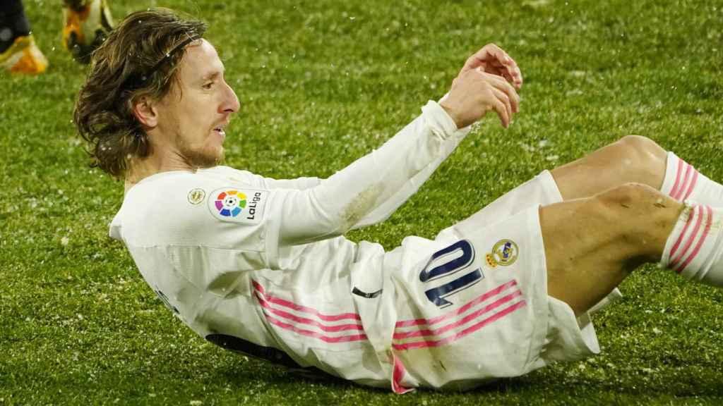 Luka Modric cae sobre el césped helado de El Sadar