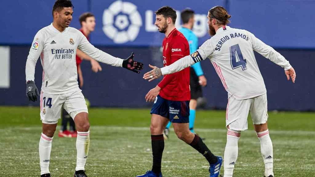 Casemiro y Sergio Ramos se saludan