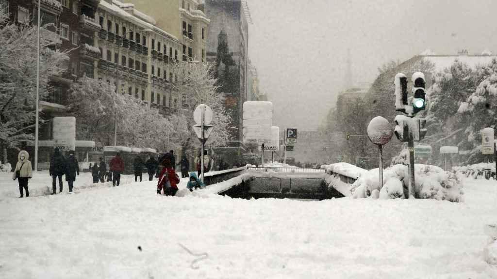 Vista de la Plaza de Colón de Madrid, este sábado, cubierta de nieve.