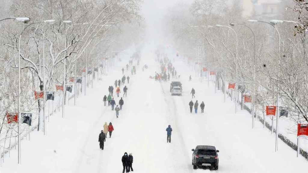 Una espesa capa de nieve cubre el Paseo de la Castellana en Madrid, este sábado.