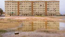 Bloques Portuarios del barrio, frente a la explanada que espera una dotación deportiva pendiente.