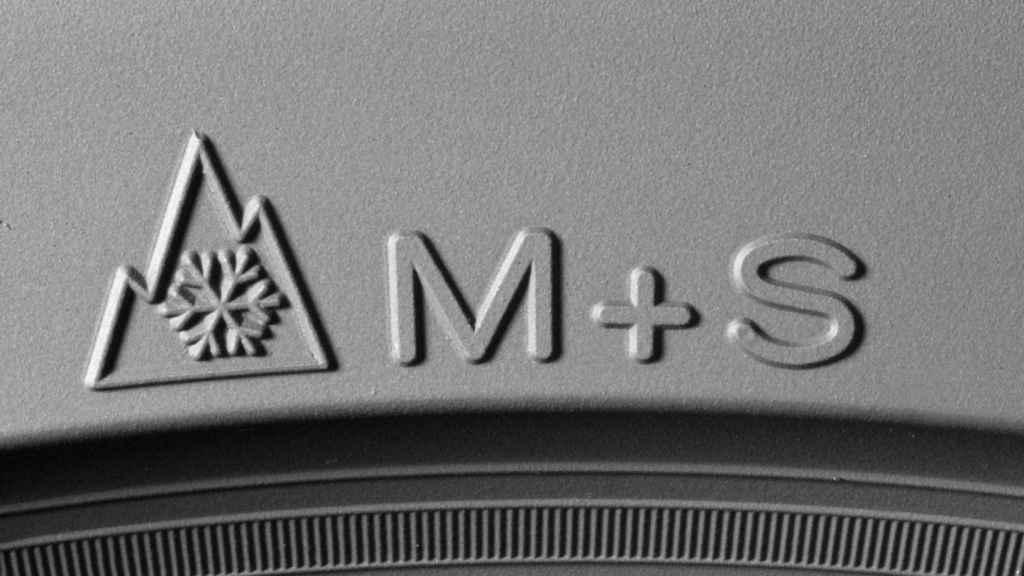 Símbolos con tres picos y M+S de neumáticos de invierno, nieve y barro.