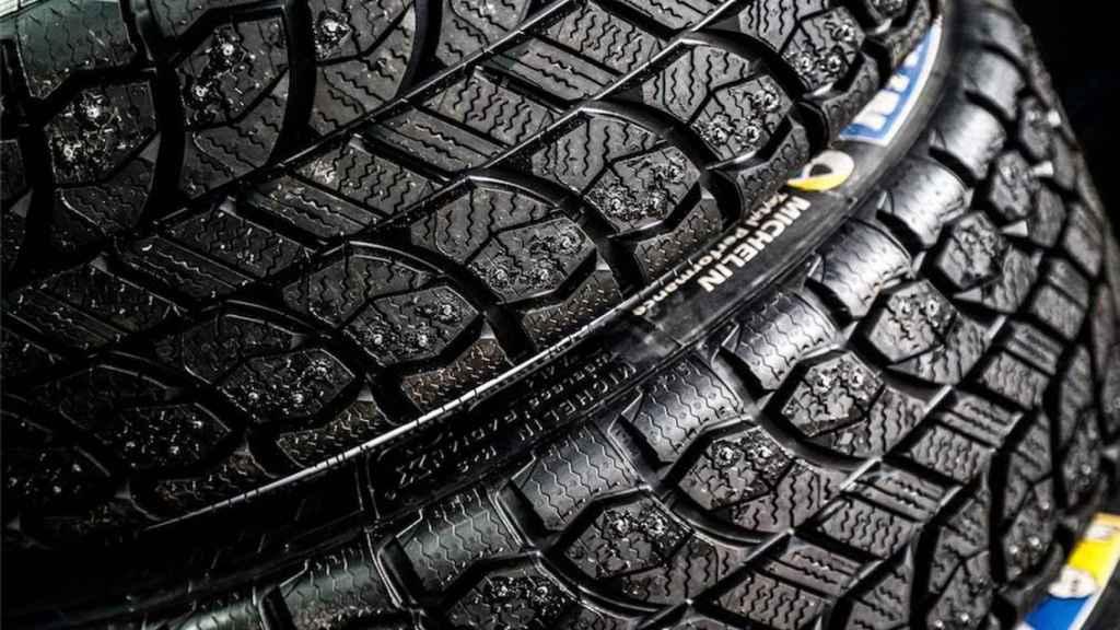 Neumáticos con clavos.