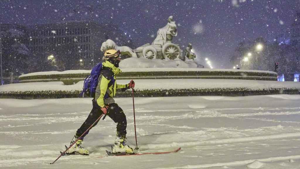 Una persona esquiando en el centro de Madrid.