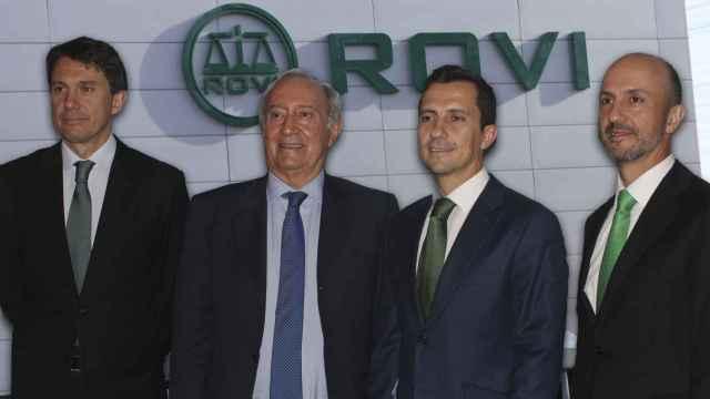 La familia López-Belmonte y, de fondo, la sede de Rovi, en San Sebastián de los Reyes (Madrid).