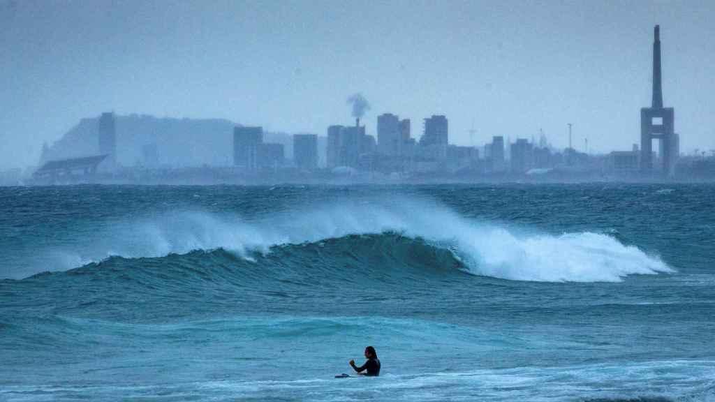 Varios surfistas aprovechan la llegada de la borrasca Filomena a Cataluña.