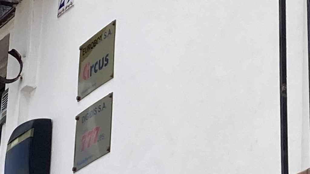 Placa de dos de las empresas que funcionan en Ceuta.