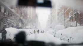 Madrid, desde el interior de un todoterreno que acude a ayudar, por la nevada, a una persona.