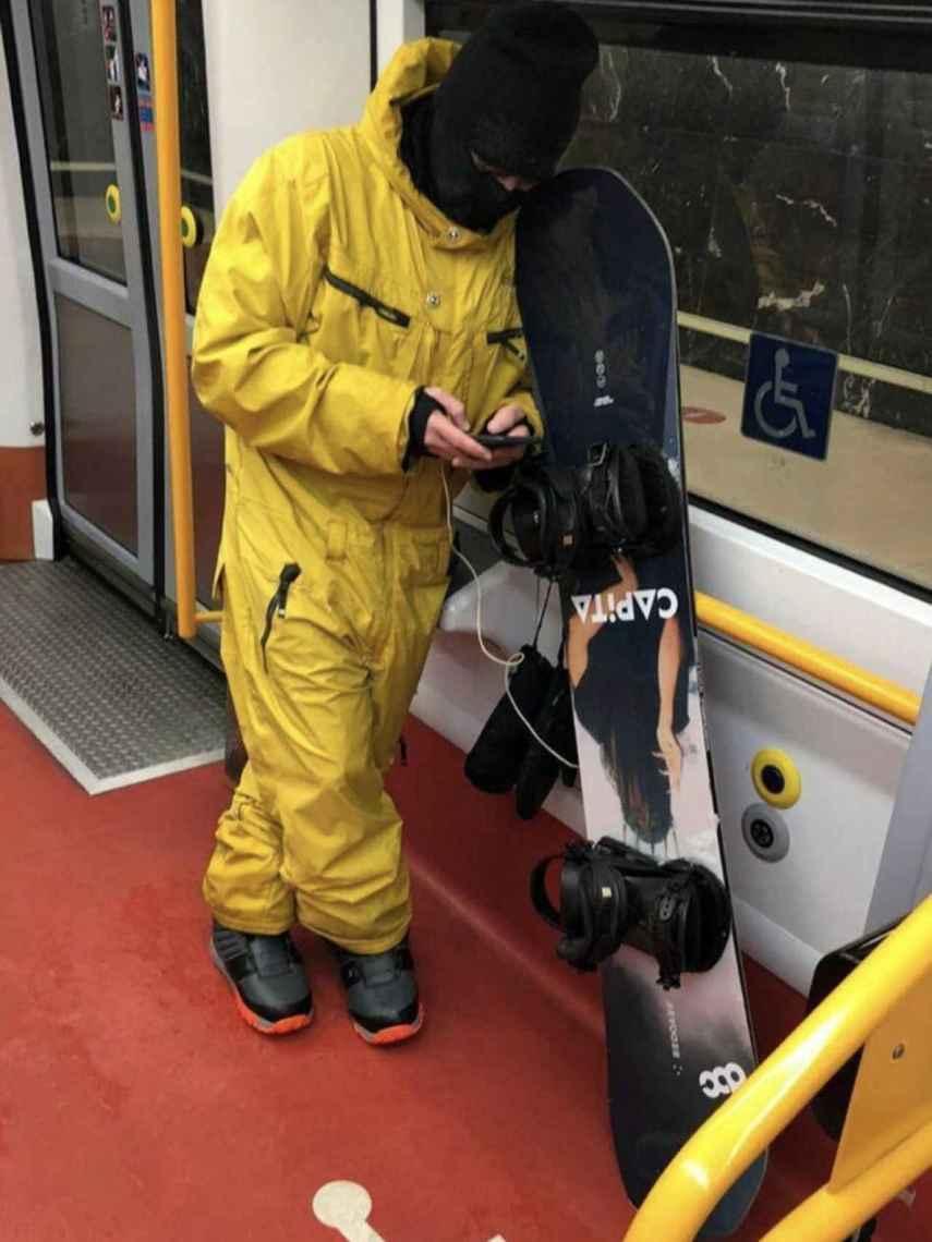 Jaime Alonso, equipado para practicar 'snowboard', en el Metro de Madrid.