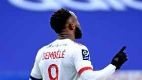 Moussa Dembélé celebra un gol con el Lyon