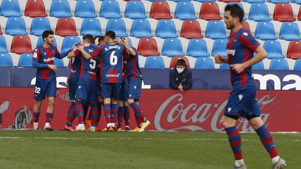 Los jugadores del Levante celebran el gol